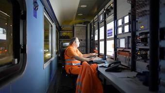 Biasca/Erstfeld - Mit über 200 km/h durch den längsten Eisenbahntunnel der Welt. Bei den Testfahrten im Gotthard-Basistunnel erreichen die Züge teilweise Spitzengeschwindigkeiten von 275 Stundenkilometer.