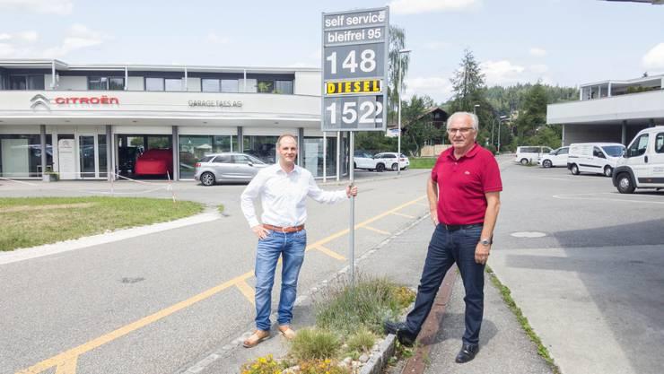 Roman (links) und Vater Hansruedi Faes sind ausser Konkurrenz, denn: Ihre Tankstelle muss keinen Gewinn einbringen.