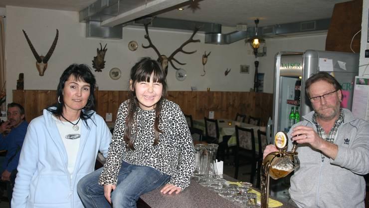 Bald zum letzten Mal am Zapfhahn: Hausi und Marion Feuz mit Tochter Jessica.