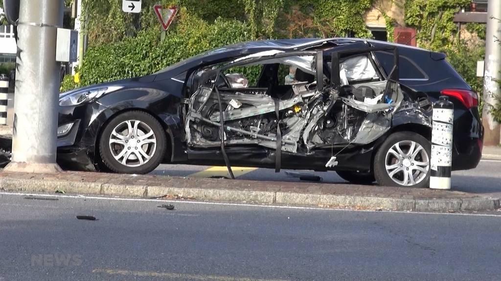 Frau in Nidau schwer verletzt : Fahrzeug der Feuerwehr kracht auf Kreuzung in Auto