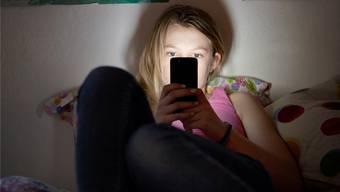 Im Skilager werden die Handys der Schülerinnen und Schüler vor dem Einschlafen eingesammelt.