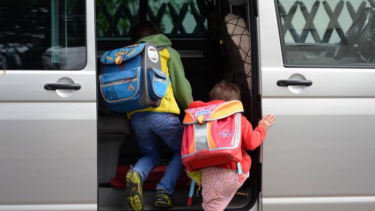 Gebenstorf und Ehrendingen haben Elterntaxis den Kampf angesagt. (Symbolbild)
