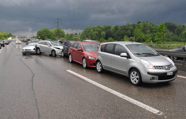 Auffahrkollision mit acht involvierten Autos auf der Autobahn A1 bei Wiedlisbach
