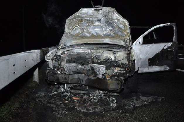 Der Lenker war dem vorausfahrenden Auto ins Heck gefahren. Danach fing das Auto Feuer.
