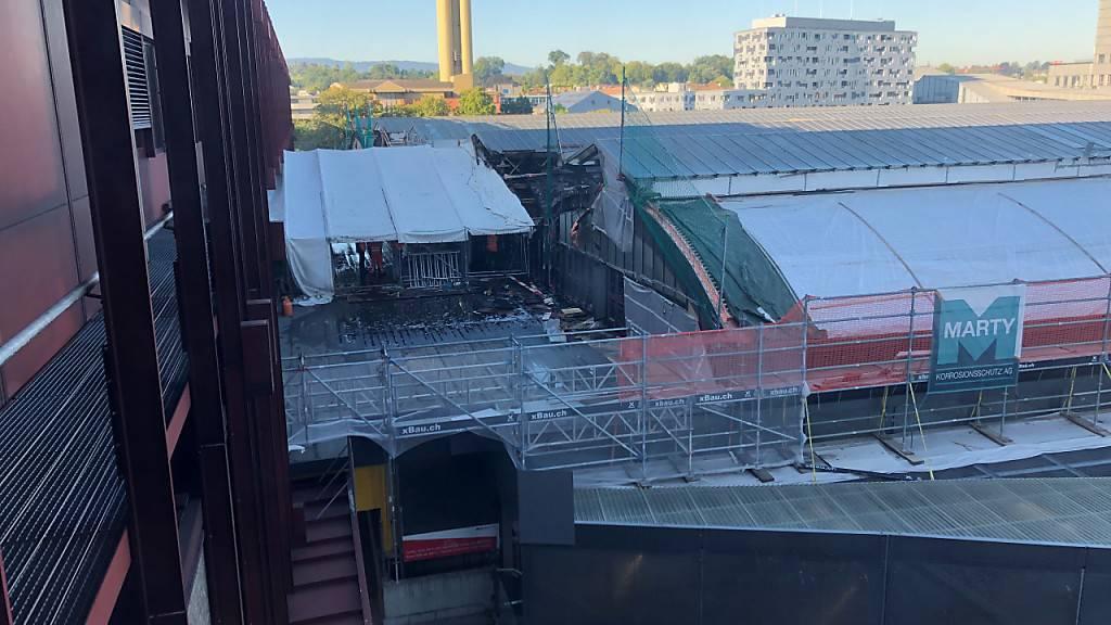 Der Brand brach auf dem Dach der Perronhalle des Bahnhofs SBB aus, die gegenwärtig saniert wird.