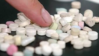Bei zwei anschliessenden Hausdurchsuchungen stiessen die Polizisten auf ein Drogenlager. (Archiv)