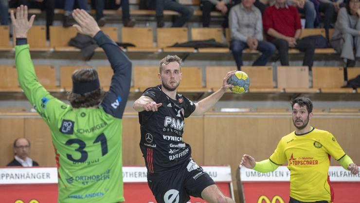 David Poloz (M.) war mit sechs Treffern, zusammen mit Tim Aufdenblatten und Nikola Isailovic, der beste Werfer seine Teams.