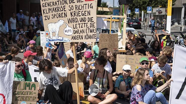Unter dem Eindruck der Klimastreiks hat der Ständerat am Montag die Beratungen zum CO2-Gesetz begonnen und erste Entscheide gefällt. Die Klimajugend erntete Lob im Rat. (Archivbild)