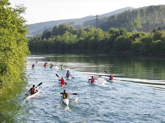Die Athletinnen und Athleten nehmen die zehn Kilometer lange Strecke in Angriff und paddeln zuerst fünf Kilometer Aare aufwärts bis Wildegg.