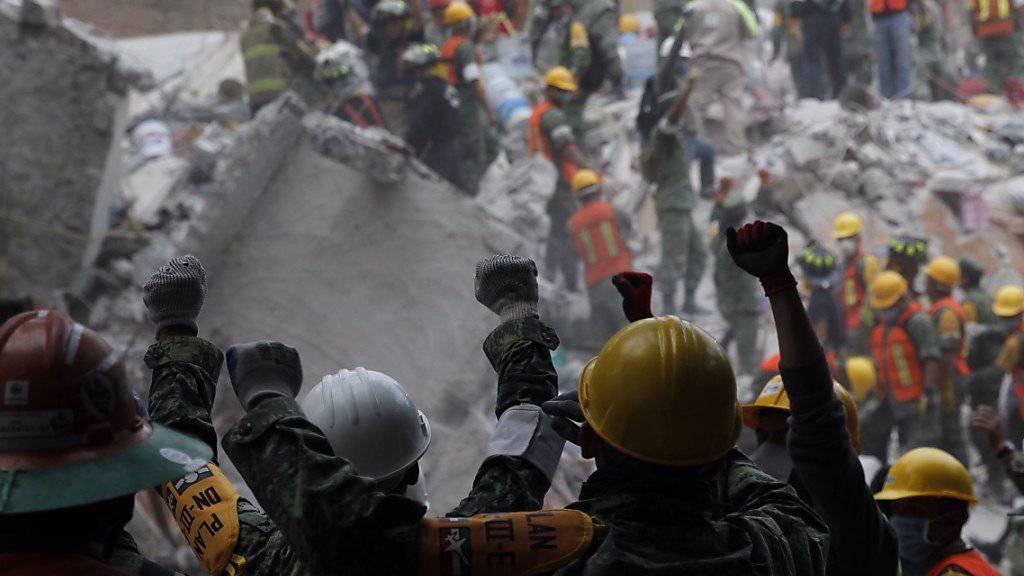 Verzweifelte Suche nach Überlebenden nach dem Erdbeben in Mexiko: Mit der erhobenen Faust signalisierten Retter die Aufforderung, absolut still zu sein, damit mögliche Klopfzeichen nicht überhört werden.