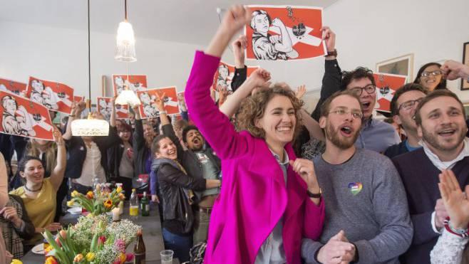 Das Bild ist zum Symbol für eine offene Schweiz geworden: Flavia Kleiner, Präsidentin von Operation Libero, nach dem Sieg über die Durchsetzungs-Initiative.