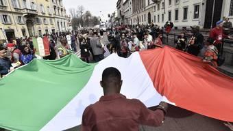 """Teilnehmer der Kundgebung """"People - Zuerst die Menschen"""" am Samstag in Mailand."""