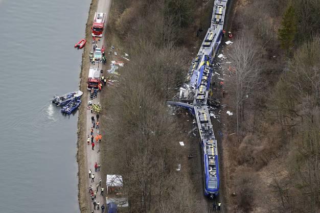 Die Unglücksstelle ist für die Rettungskräfte schwer zugänglich.