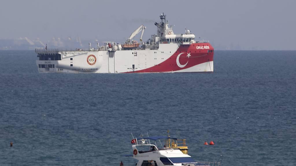 Das türkische Forschungsschiff «Oruc Reis» (hinten) liegt vor der Küste von Antalya im Mittelmeer. Das türkische Forschungsschiff ist nach monatelanger umstrittener Erkundung von Erdgasvorkommen im östlichen Mittelmeer in die Türkei zurückgekehrt. Foto: Burhan Ozbilici/AP/dpa