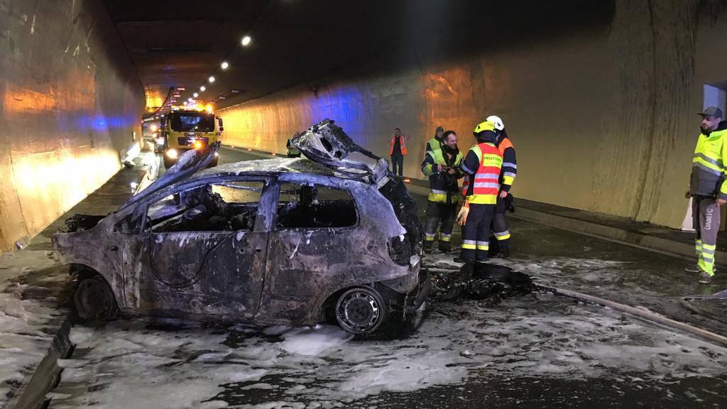 Im Pfändertunnel in Vorarlberg verunfallte am Sonntagabend eine 27-jährige Frau. Ihr Aut brannte komplett aus.