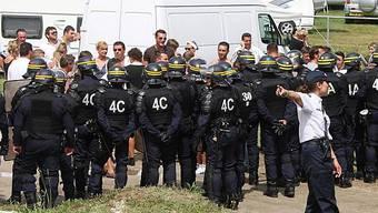 Polizisten in Paris räumen ein Lager von Roma