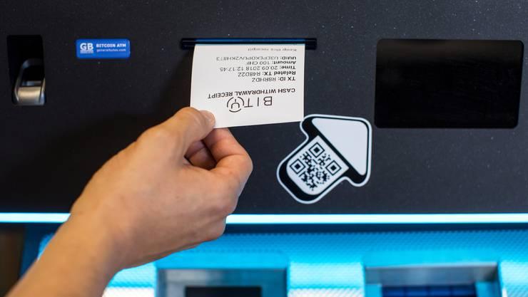 Ein Bitcoin Automat im Crypto Valley Labs in Zug. Die virtuelle Währung Bitcoin war die erste Anwendung von Blockchain.
