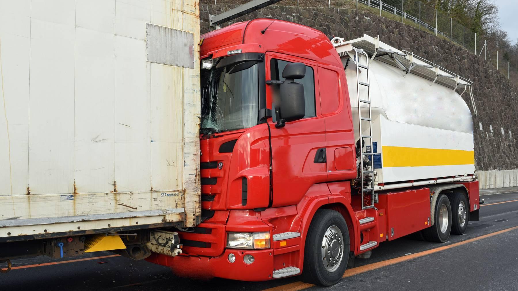 Der rote Lastwagen konnte nicht mehr rechtzeitig bremsen und fuhr in den stehenden Sattelschlepper.