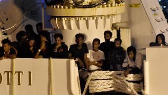 Die Migranten konnten das Schiff verlassen und wurden nach Messina gebracht.