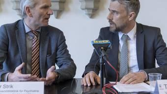 """""""Wir wollen die Sache gemeinsam lösen"""": Thomas Freytag vom bernischen Amt für Justizvollzug (rechts) im Gespräch mit Werner Strik, Direktor der psychiatrischen Uniklinik."""