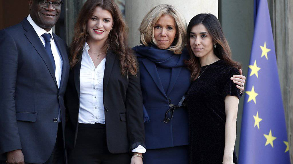 Die französische First Lady Brigitte Macron (2. von rechts im Bild) begrüsst Mitglieder des G7-Beratungsgremiums für Geschlechtergleichheit. Rechts Friedensnobelpreisträgerin Nadia Murad, Denis Mukwege und die  französische Gleichstellungs-Sekretärin Marlène Schiappa (2. von links)