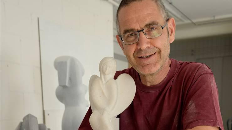 Der Bildhauer Beat Meierhans in seinem Atelier in Dulliken mit seinem Lieblinsmotiv, dem Engel.