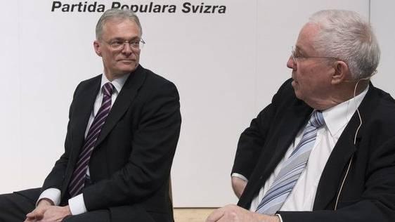 Thomas Minder (links) und Christoph Blocher kreuzten vor den SVP-Delegierten die Klingen