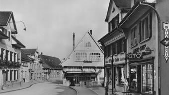 Hauptstrasse im Wandel: Wo früher die Drogerie A. Benz-Suter war (ganz rechts), befindet sich heute die Kleiderboutique Lui e Lei; in den Räumen der KonfektionR. Schmid-Keller verkauft die Schmid AG Uhren, Schmuck und Brillen.