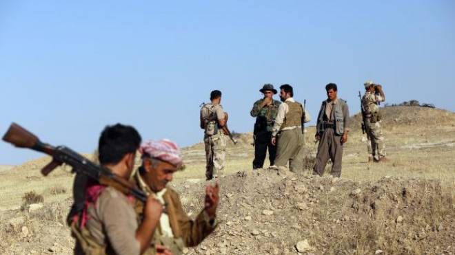 Irakische Peschmerga-Kämpfer beziehen Position an einem Posten in der Nähe von Mosul. Foto: AFP