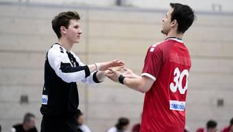 Michael Kusio (r.) gratuliert Leo Grazioli nach seiner Leistung im Spiel mit der Schweizer Nationalmannschaft.