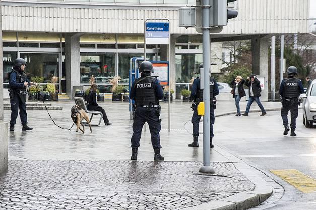 Zürcher Polizisten suchten nach den Räubern.