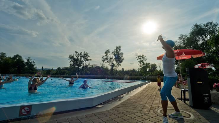 Zumba-Instruktorin Sarah machts vor, die Gruppe im Wasser versucht, ihren Bewegungen zu folgen
