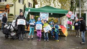 «Stimm Ja fürs Hallenbad» warben Kinder und Erwachsene im Dorfzentrum von Oberdorf.