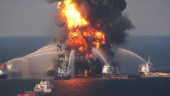 Schlimmste Ölpest in der Geschichte der USA: Brennende Plattform im Golf von Mexiko (Archiv)