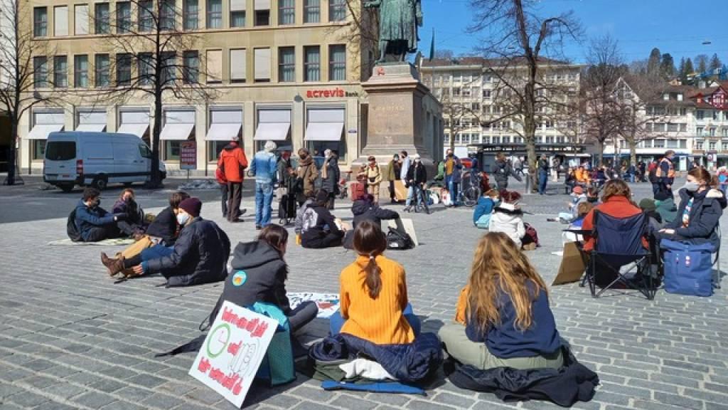 Am Freitagmittag versammelten sich in beim Vadian Denkmal in St. Gallen rund 100 Personen zum Klima-Sitzstreik.