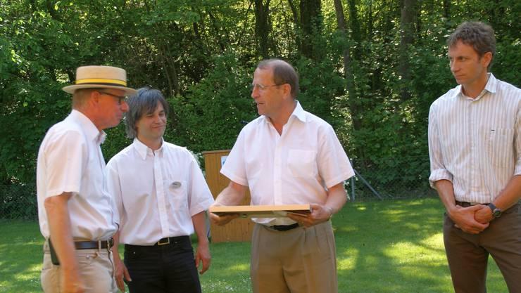 Im Beisein von Alex Nietlisbach von der Labelkommission (re) übergab Regierungsrat Peter C. Beyeler das Label an Gemeindeammann Dieter Hauser (li) und Gemeinderat Stephan Bircher.