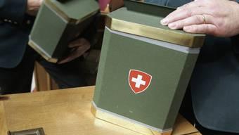 Morgen gilt es ernst: In diesen Wahlurnen werden die Stimmzettel der Parlamentsmitglieder gesammelt (Archiv)
