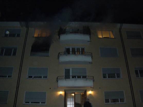 Als die Feuerwehr eintraf, stand die Wohnung im 2. Stock bereits in Vollbrand.