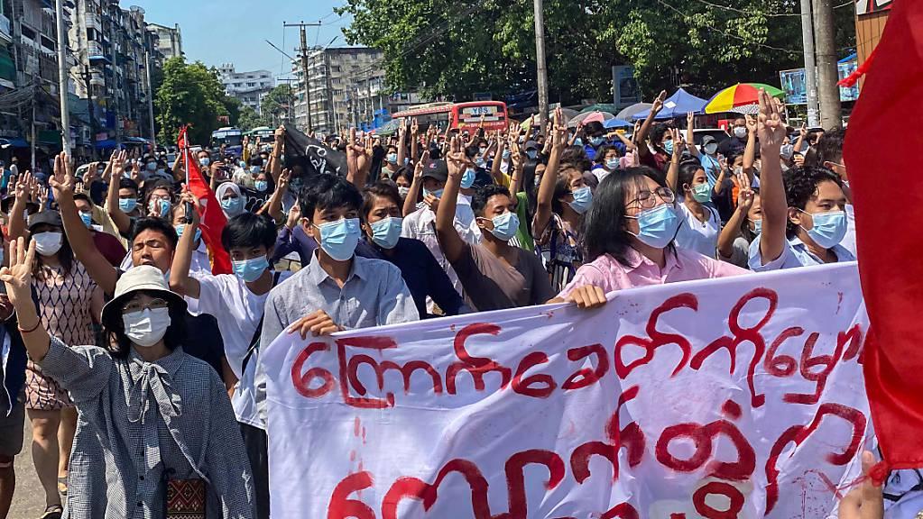 Demonstranten in Myanmar marschieren bei einer Flashmob-Kundgebung gegen die Militärjunta durch die Strassen.