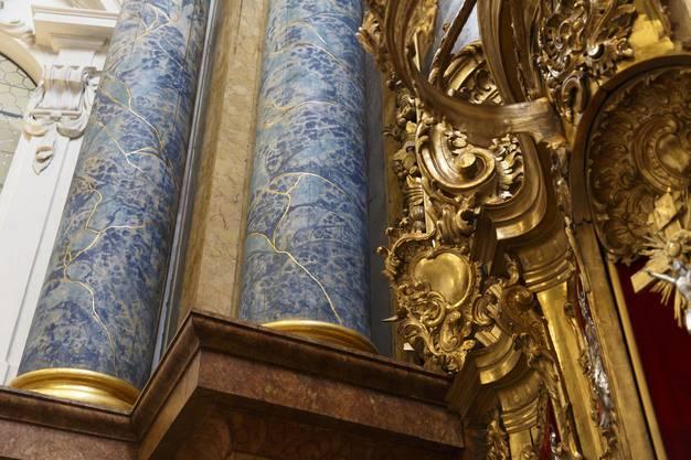 renovierte Säulen des Hochaltars