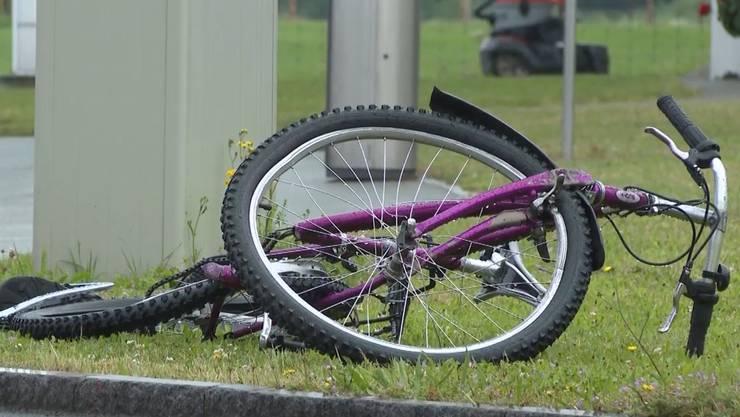 Der Velofahrer erlitt Kopfverletzungen und musste mit der Rega ins Spital gebracht werden.