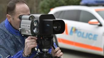 Ein Polizist macht Radarkontrollen. (Symbolbild)