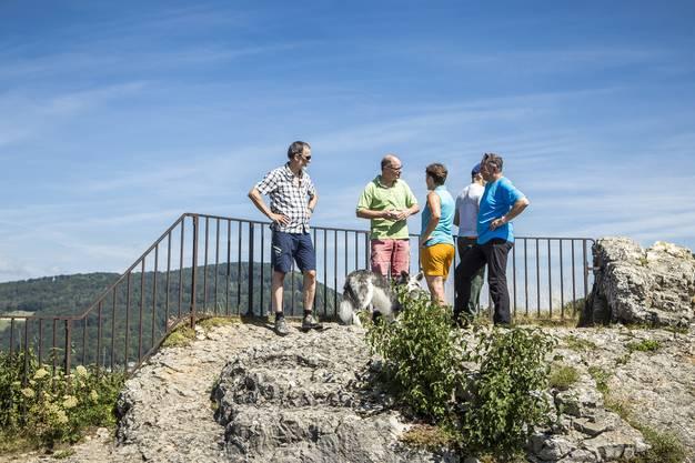Die Leserwanderer nehmen die Burgruine Frohburg ein. In der neunten Etappe ging es von Trimbach auf die Frohburg und zum Schloss Wartenfels. Eine Wanderung mit vielen schönen Aussichten.