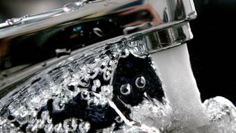 Aus den Sarmenstorfer Wasserhähnen sprudelt seit ein paar Tagen auch Wasser aus Wohlen. (Symbolbild)