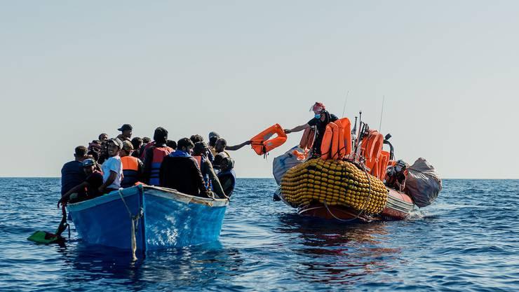 180 Flüchtlinge in Seenot haben Helfer in den vergangenen Tagen vor der italienischen Küste gerettet. Heute Montag werden sie auf ein Quarantäneschiff gebracht.