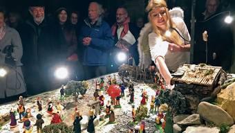 Zur Eröffnung der Krippe steuerte auch ein Engel eine Krippenfigur bei.