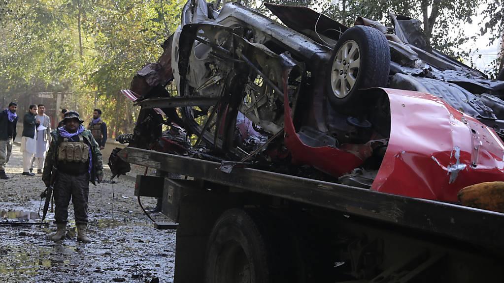 ARCHIV - Tatort nach dem ein afghanischer Journalist in seinem Auto von einer Bombe getötet wurde. Seit Beginn der afghanischen Friedensgespräche im September 2020 sind elf Journalisten und Menschenrechtsaktivisten getötet worden. Foto: Mariam Zuhaib/AP/dpa