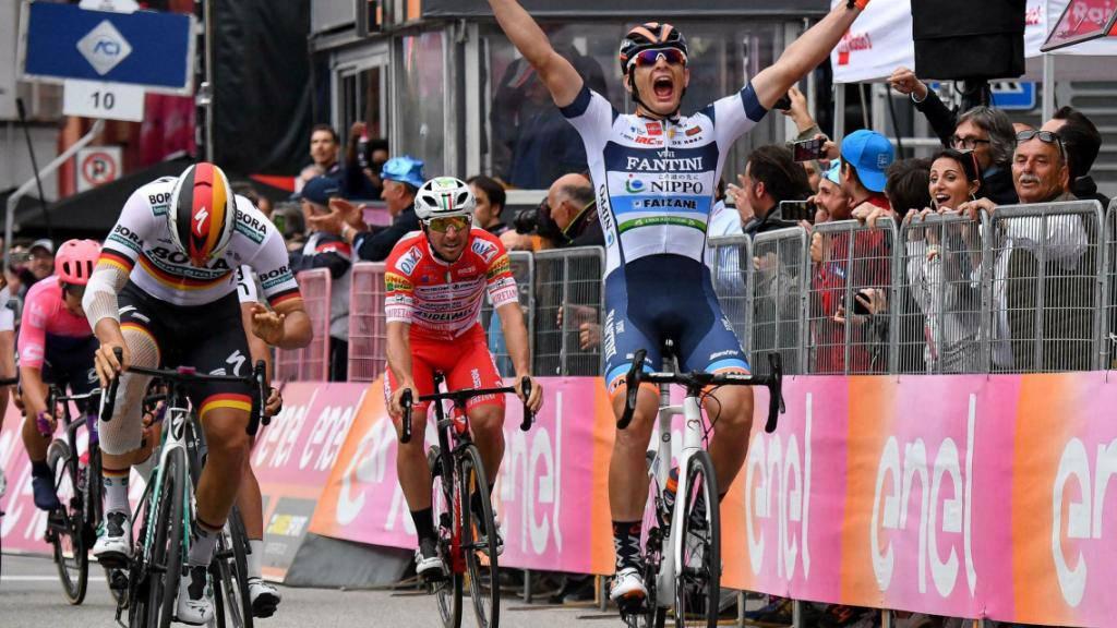 Damiano Cima aus dem Team Nippo-Vini Fantini rettet sich vor Pascal Ackermann, dem deutschen Meister, über die Ziellinie.