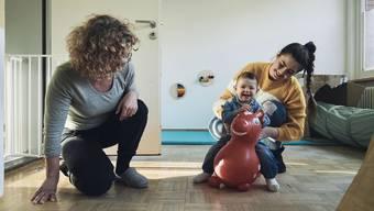 Neun Frauen mit Kindern finden im Mutter&Kind-Haus in Basel Unterschlupf, so etwa Skala Djelane mit Tochter Darija: Links: Betreuerin Conny Saier. (Bild: 18.12.19)