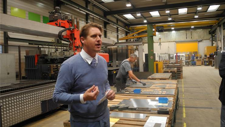 Jarno Steiner, CEO von Mecaplex Metall, erläutert die Arbeitsgänge am Laserschneider.